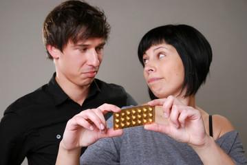 Junges Paar mit Antibabypille