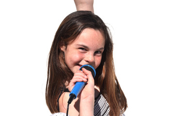 fillette qui chante avec son micro sur fond blanc