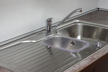 Spuele mit einfachem Wasserhahn