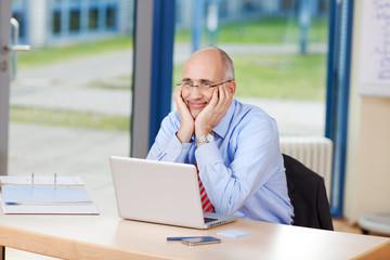 entspannter geschäftsmann im büro