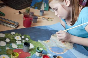 Девочка левша рисует картину гуашью