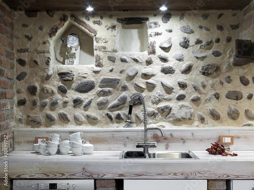 Lavello di acciaio in cucina moderna con stoviglie e - Abbonamento cucina moderna ...