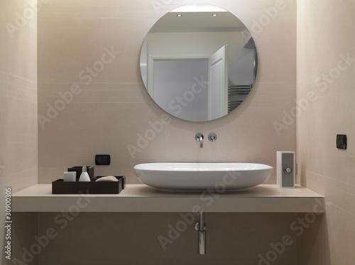 """Lavabo di ceramica bianca in un bagno moderno"""" stock photo and ..."""