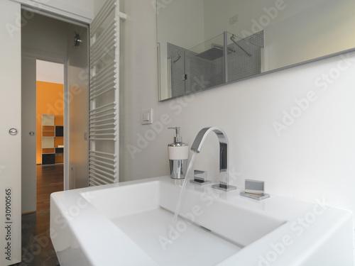 """""""dettaglio del lavabo in ceramica bianca di un bagno moderno"""" Imagens e fotos de stock Royalty ..."""