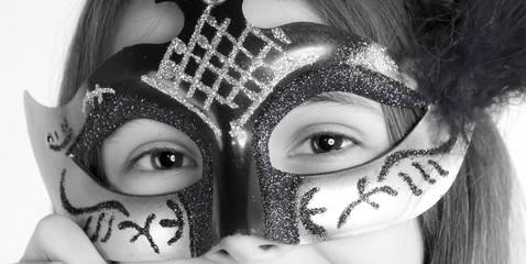 regard et masque en noir et blanc