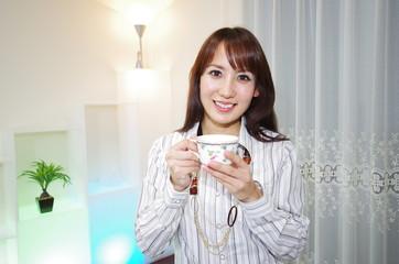 コーヒーを飲んでいる笑顔の女性