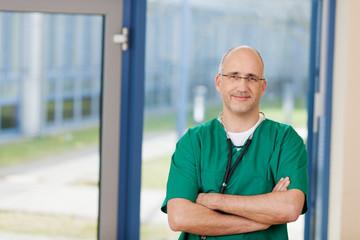 sympathischer arzt im krankenhaus