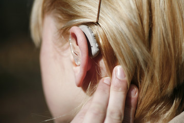Junge Frau mit Hörgerät