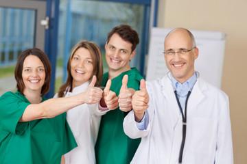 personal im krankenhaus zeigt daumen hoch
