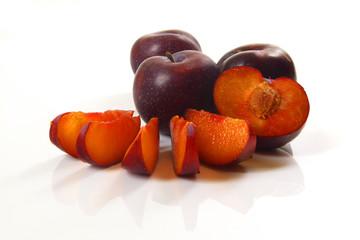 schwarze Pflaumen auf weißem Hintergrund / black plums on a whit