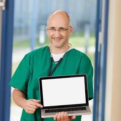 arzt zeigt bildschirm des laptop