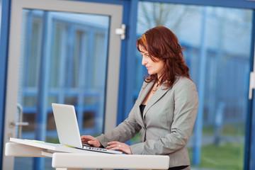 konzentrierte businessfrau bei der arbeit