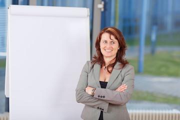 lächelnde businessfrau vor dem flipchart