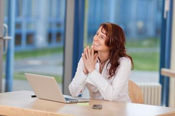 glückliche frau bei der arbeit im büro