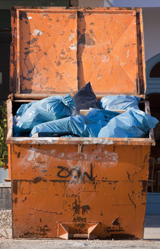 Müllcontainer mit Plastiksäcken