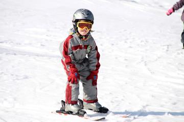 Kleiner Skifahrer im Winterurlaub in Skischule