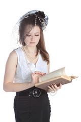 Винтаж портрет молодой женщины в шляпе с книгой.