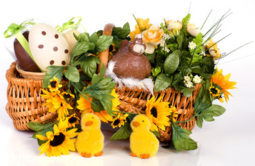 composition de pâques dans un panier d'osier
