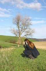Ragazza in campagna che scatta una foto
