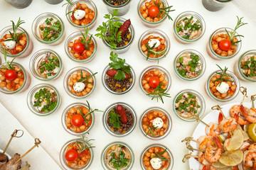 Kleine Salat-Glasgefäße auf kaltem Büffet