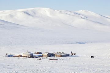 Campement d'hiver, steppes mongoles, depuis le train.