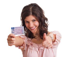 Frau zeigt Topdaumen nach bestandener Fahrprüfung