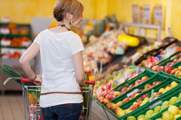 blonde frau beim einkaufen im supermarkt