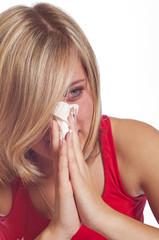 blondes mädchen hat Erkältung und Allergie
