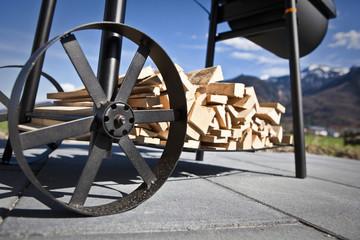 Grillwagen mit Holz