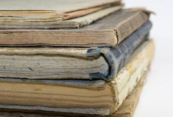 Schulbücher, vergilbt, zerfallen
