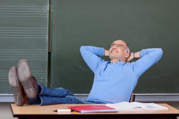zufriedener lehrer macht pause