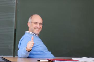 zufriedener lehrer zeigt daumen hoch