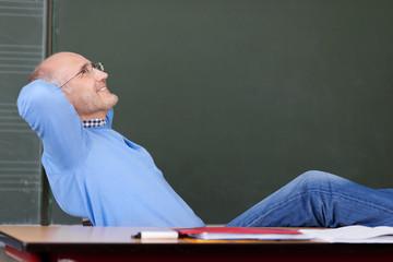 entspannter lehrer vor der tafel