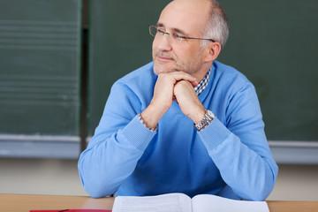 entspannter lehrer in der klasse