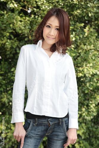 """白シャツの笑顔の女性""""Fotolia.c..."""