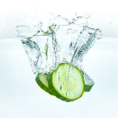 Photo sur Aluminium Eclaboussures d eau cucumber in water