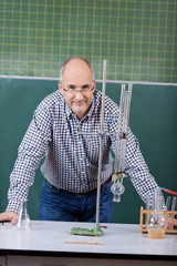 lehrer im chemie unterricht