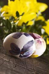 Wielkanocne pisanki i żonkile