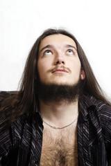 Бородатый мужчина смотрящий вверх.