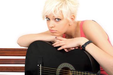 traurige junge Frau mit Gitarre