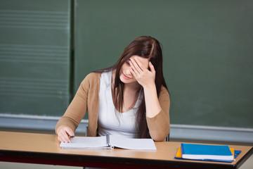 studentin während einer schwierigen prüfung