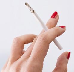 Mano di donna che tiene una sigaretta