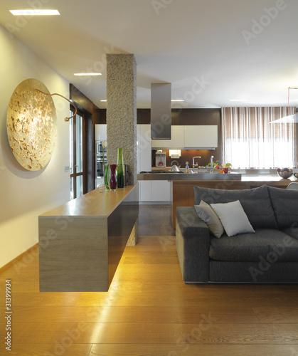 Angolo di Moderno lussuoso soggiorno con cucina a vista\