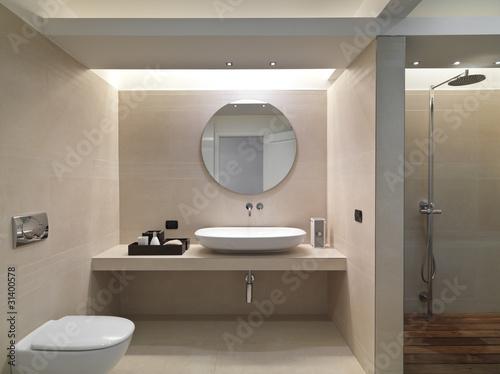 Bagno Moderno Con Rivestimento In Marmo E Lavabo In Ceramica