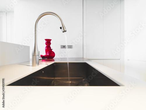 Rubinetto e lavello di acciaio ini cucina moderna for Cucina moderna abbonamento