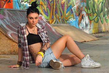 ragazza hip-hop con camicia e jeans corti