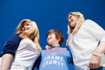 drei teenager vor blauem himmel