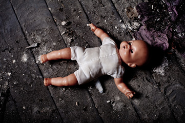 Obraz doll on dirty ground - fototapety do salonu