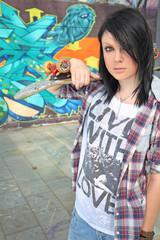 ragazza con skateboard