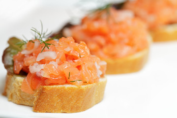 Canapes mit Lachstatar